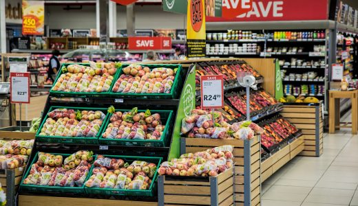 いつも通りスーパーで野菜を買うのか、それとも・・・